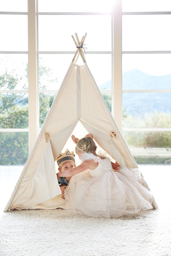 Kids playing in tent  | Trinette+Chris Photographers